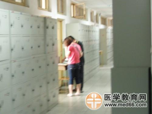 卫生资格考试联合大学考点,监考老师正在核对考生