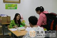 医学教育网老师热情迎接考生