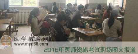 考生们坐在考场里候考
